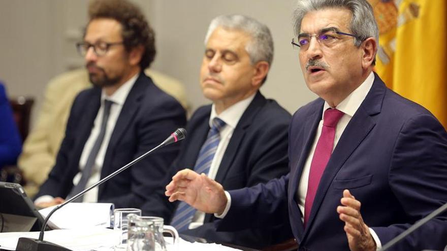 El vicepresidente de Canarias y consejero de Hacienda, Román Rodríguez (d), presenta el proyecto de ley de presupuestos autonómicos para 2020
