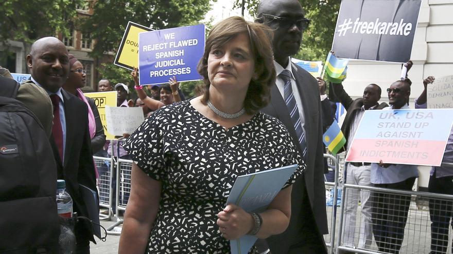 Cherie Blair, abogada del militar Karake, entrando en el juzgado para defender al ruandés tras ser detenido en Londres / EFE