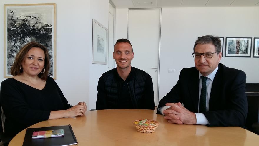 Mariano Soriano (derecha), junto al atleta Toni Abadía y la consejera de Educación, Cultura y Deporte del Gobierno de Aragón, Mayte Pérez