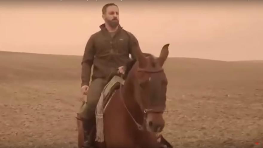 """Santiago Abascal, en un spot electoral en el que anuncia que la """"reconquista"""" ha comenzado en Andalucía."""