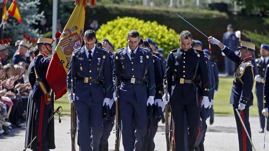 Los Reyes presiden una jura de bandera el día de su aniversario de boda