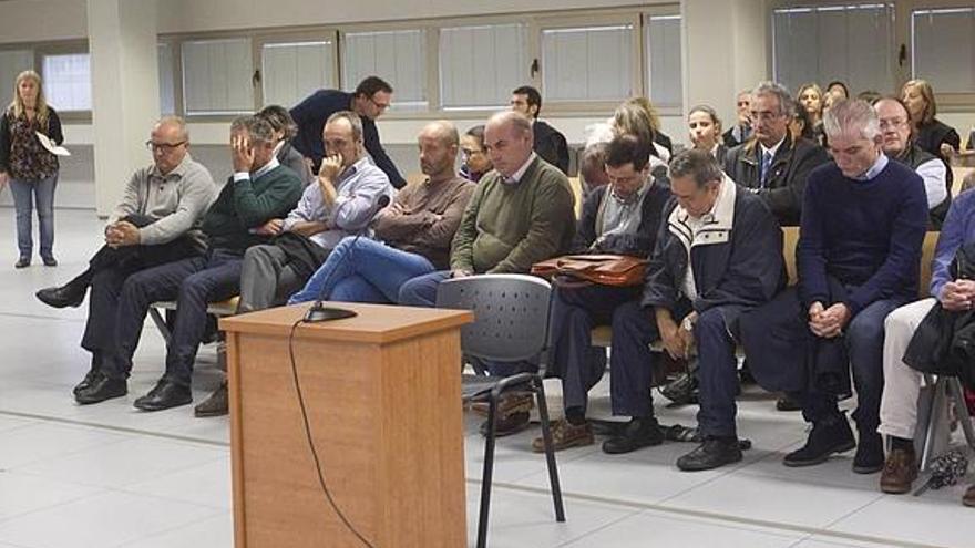 Varios de los acusados en la Audiencia de Valencia antes de la suspensión del juicio por el saqueo de Emarsa. / Efe