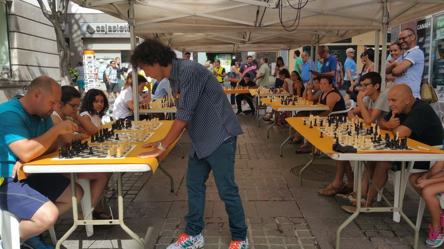 Diego del Rey jugó una partida simultánea en la Pérgola.