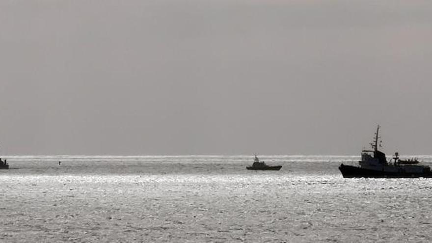 """Buques patrulla de la Guardia di Finanza italiana vigilan, este martes, el barco """"Mare Jonio"""", del proyecto Mediterranea Saving Humans y con bandera italiana, con 50 migrantes a bordo cerca del puerto de Lampedusa en Italia."""