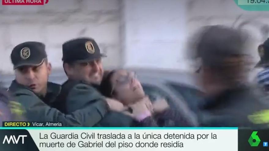 Agentes de la Guardia Civil inmovilizan a una mujer que intentó agredir a la sospechosa de la muerte de Gabriel Cruz