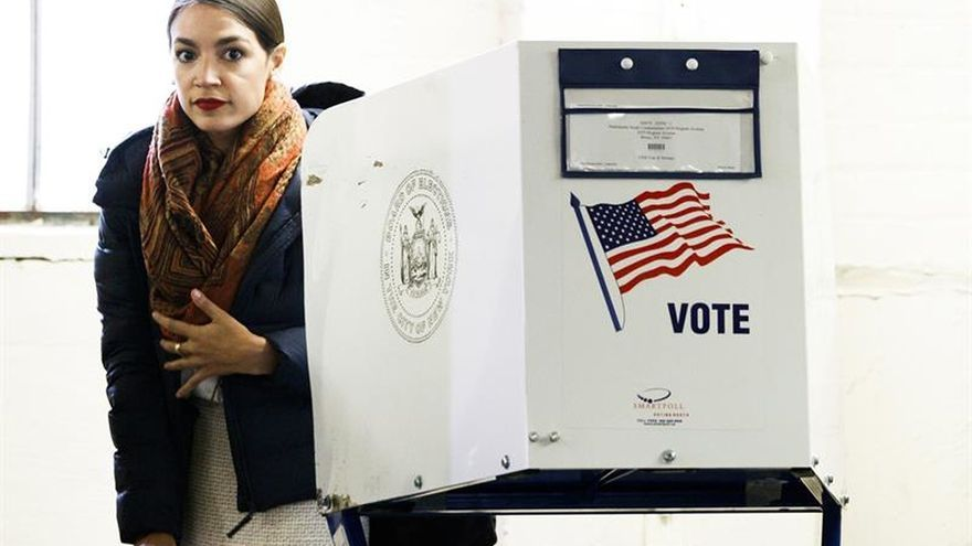 La demócrata Ocasio espolea el voto en los barrios inmigrantes de Queens y Bronx