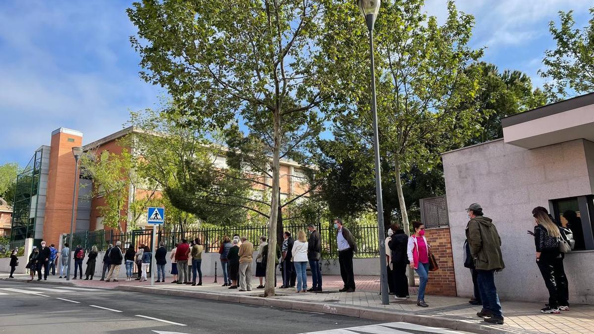 Decenas de personas hacen cola para votar en las elecciones madrileñas de este 4 de mayo en Pozuelo de Alarcón.