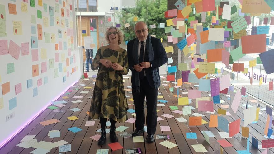 La consejera de Igualdad, María Nebot, y el presidente del Cabildo grancanario, Antonio Morales, caminan entre los mensajes.