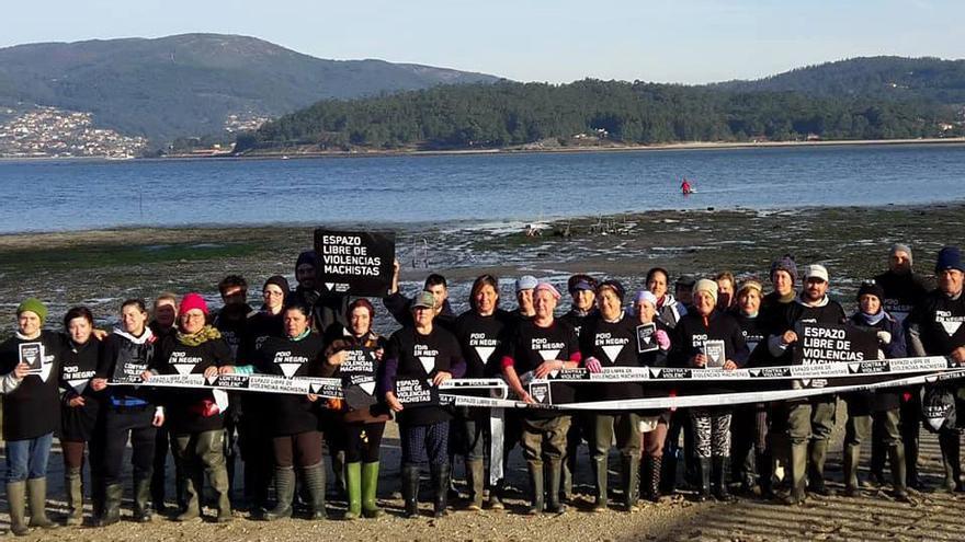 Mariscadoras de Poio (Pontevedra), en un acto simbólico dentro de la campaña 'En negro'