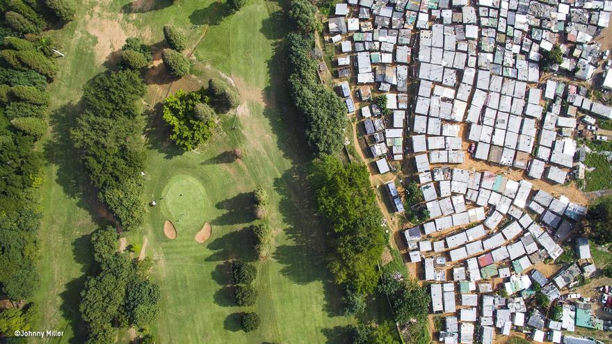 El campo de golf Papwa Sewgolumen en Durban (Sudáfrica), separado de un poblado de chabolas por un muro