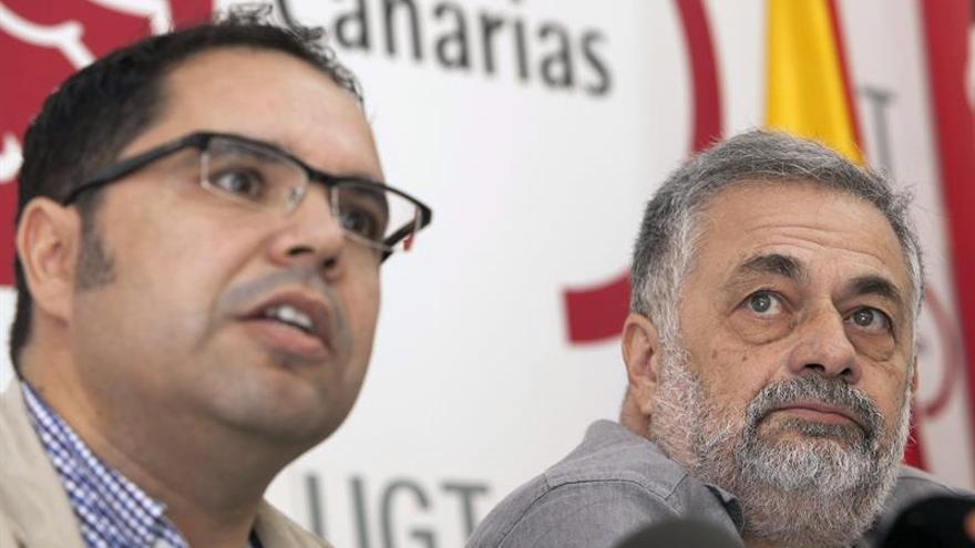 El secretario general de UGT en Canarias, Gustavo Santana, y el portavoz de la dirección provisional de CCOO, Antonio Pérez. EFE/Ángel Medina G.