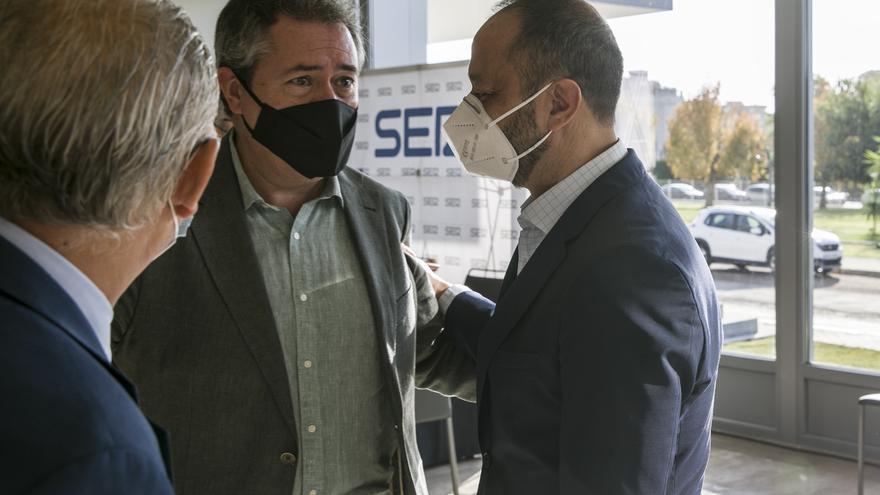 Archivo - El vicepresidente primero en el Congreso de los Diputados, Alfonso Rodríguez Gómez de Celis (d) junto al alcalde de Sevilla, Juan Espadas (c) en una foto de archivo.