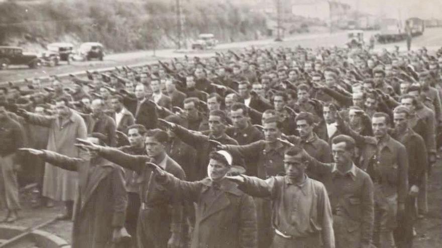 Prisioneros haciendo el saludo fascista en el campo de concentración de Irún en Guipúzcoa