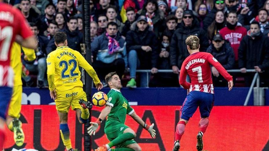 El delantero francés del Atlético de Madrid Antoine Griezmann (d), dispara a puerta para conseguir su primer gol contra la UD Las Palmas.