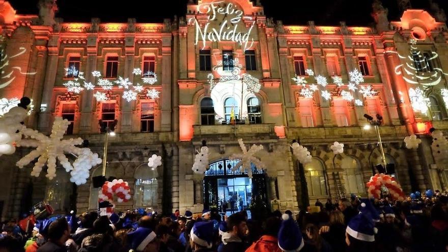 Santander da la bienvenida a la Navidad con el encendido de las luces, la pista de hielo y el mercadillo