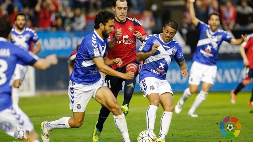 Pugna por un balón en el partido entre el Osasuna y el Tenerife. (LaLiga)