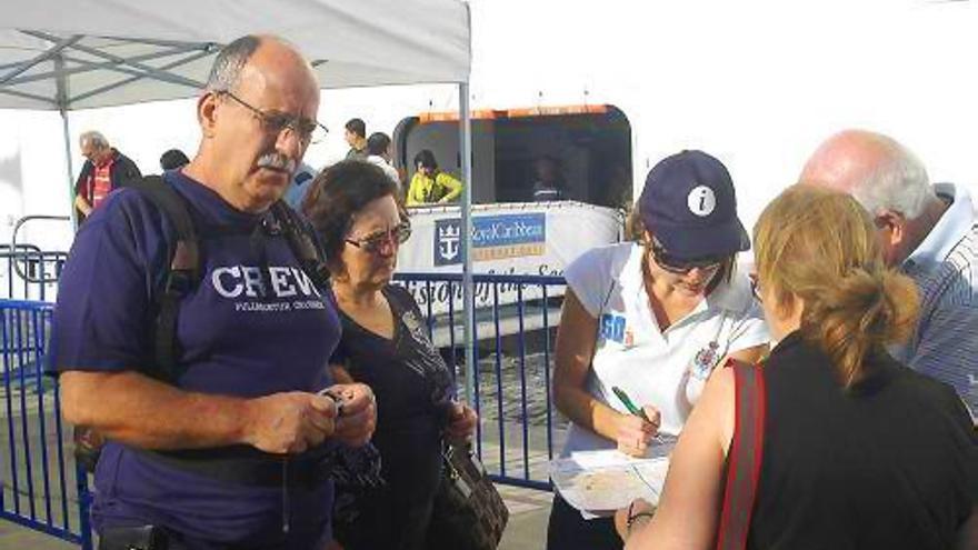 Varios cruceristas reciben información turística de Santa Cruz a su llegada al puerto capitalino.