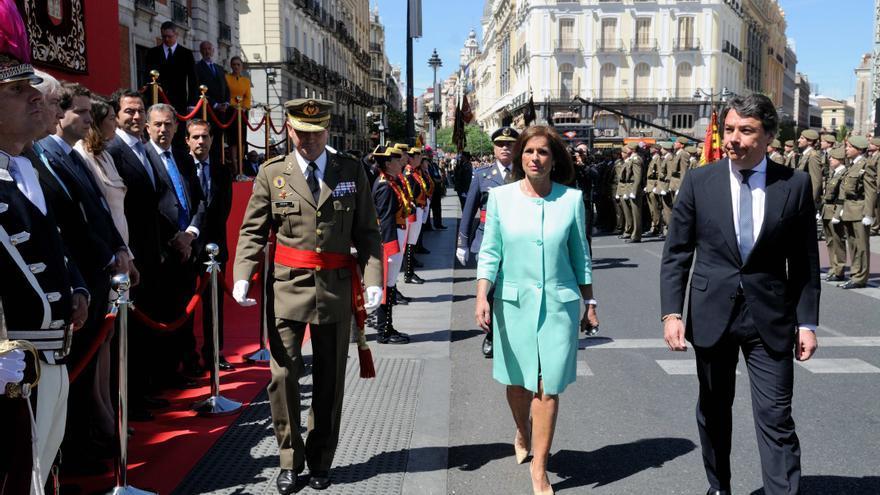 El presidente madrileño, Ignacio González, y la alcaldesa, Ana Botella, en la parada militar del 2 de mayo de 2014. / munimadrid.es