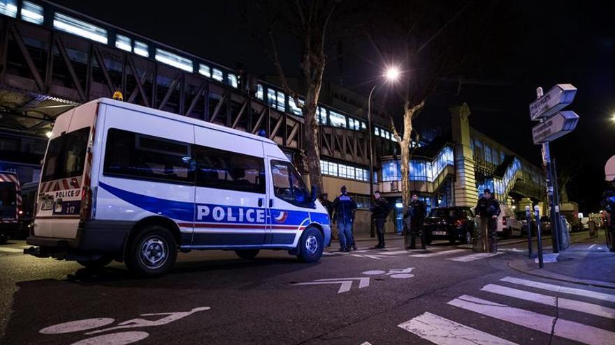 Desmantelan un campamento de inmigrantes en París y atienden a 229 personas