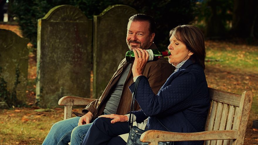 Ricky Gervais y Penelope Wilton en 'After Life'