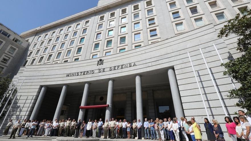 Defensa, cuarteles y misiones de paz guardan un minuto de silencio en memoria de las víctimas de los atentados