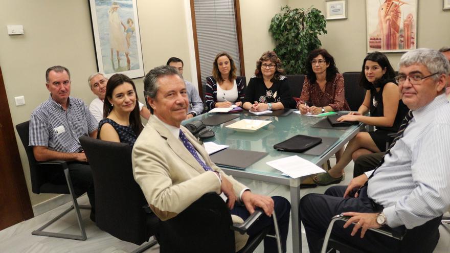 Los responsables de la Conselleria de Sanidad, con la consellera Carmen Montón (izquierda) y del Comité de Empresa de Ribera Salud