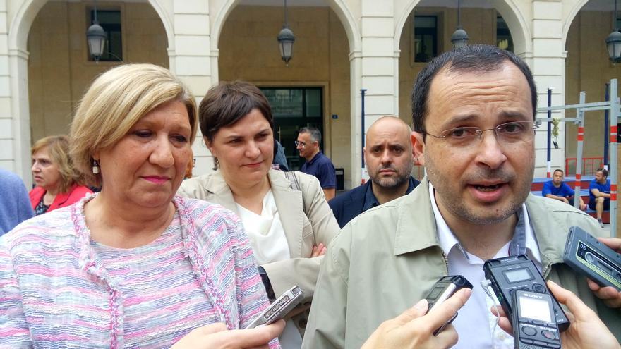 Julián López atiende a los medios en presencia de Encarna Llinares