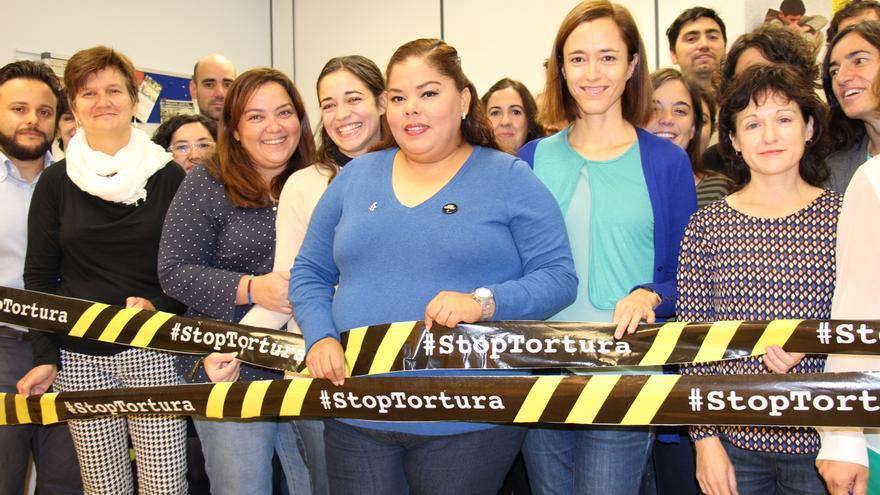 Claudia Medina, en el centro, con activistas de Amnistía Internacional España © AI