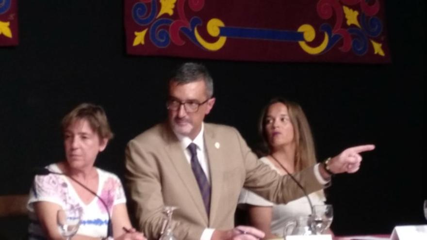 Marci Acuña mantiene el bastón de mando en Haría ante la falta de acuerdo de PSOE y PMH