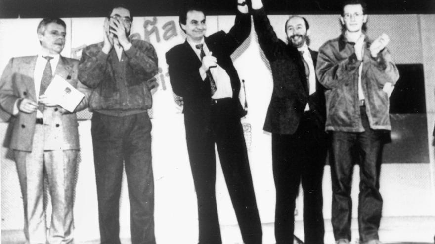 El ministro de la Presidencia y de Relaciones con las Cortes, Alfredo Pérez Rubalcaba (2d); el secretario regional del PSOE, Jesús Quijano (2i) y el secretario provincial, José Luis Rodríguez Zapatero, en un mitin de las generales de 1996