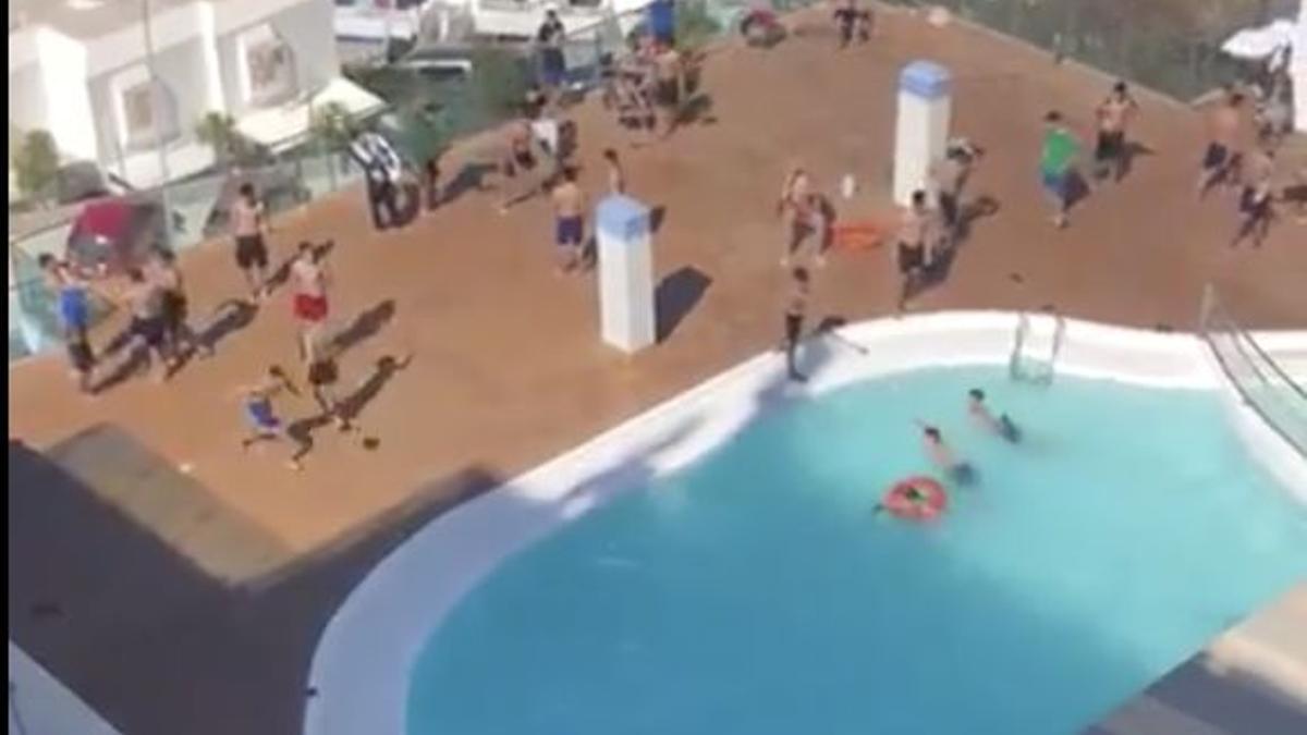Varios jóvenes acogidos en un hotel hacen uso de la piscina común del establecimiento
