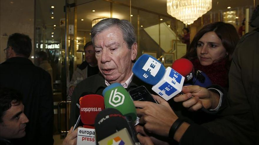 Corcuera intenta entregar en Ferraz el texto firmado por los históricos del PSOE
