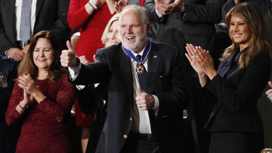 Rush Limbaugh tras recibir la Medalla Presidencial de la Libertad acompañado de la primera dama, Melania Trump, la segunda dama Karen Pence (1I) y su mujer Kathryn (2I), el pasado 4 de febrero