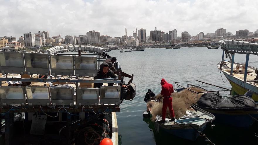 Un pescador prepara su embarcación para salir a faenar