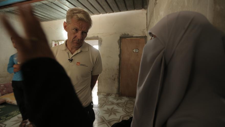Um Baha explica a Jan Egeland las mejoras hechas para que su casa tenga las mínimas condiciones de refugio. Ahora incluye puertas y ventanas que impiden el paso del frío y la lluvia, algo que antes no tenía por la pobreza de la familia.