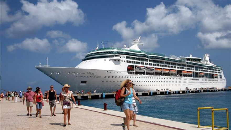 México impide atracar en Cozumel a crucero por riesgo de ébola en pasajera