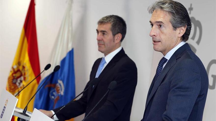 El presidente del Gobierno de Canarias, Fernando Clavijo (i), y el ministro de Fomento, Íñigo de la Serna