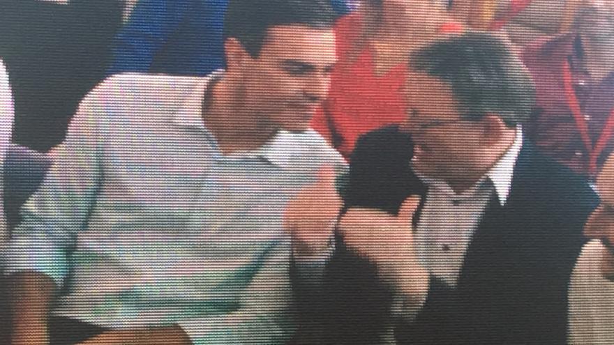 Pedro Sánchez y Ximo Puig conversan durante la inauguración del congreso del PSPV-PSOE en Elche en una imagen reflejada en una de las grandes pantallas.