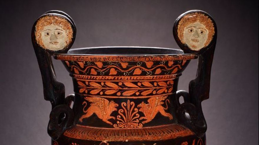 Ifigenia, tragedia premiada pintada en un vaso crátera de volutas de cerámica con figuras rojas