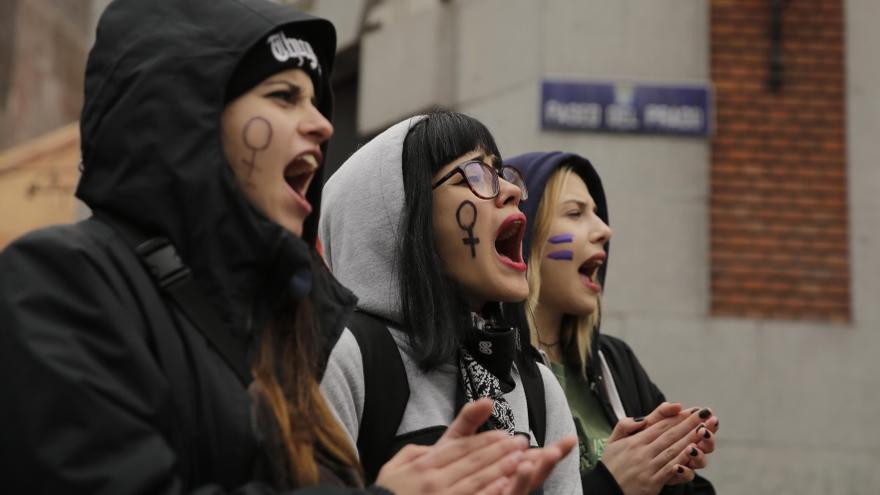 Varias mujeres jóvenes, gritando consignas antes de la manifestación del 8M / Olmo Calvo