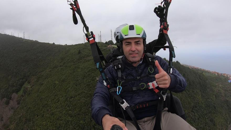 Manuel Domínguez, en el parapente sobre la TF-5