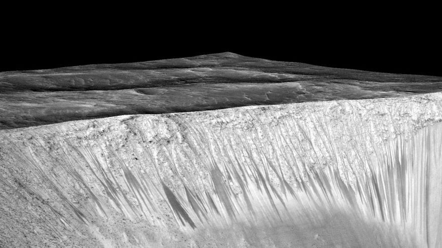 En la imagen se observan las lineas que deja la salmuera en las laderas de Marte