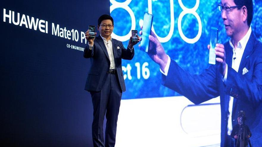 El consejero delegado de la tecnológica china Huawei, Richard Yu, presenta los teléfonos Huawei Mate 10 y el Mate 10 Pro en 2017