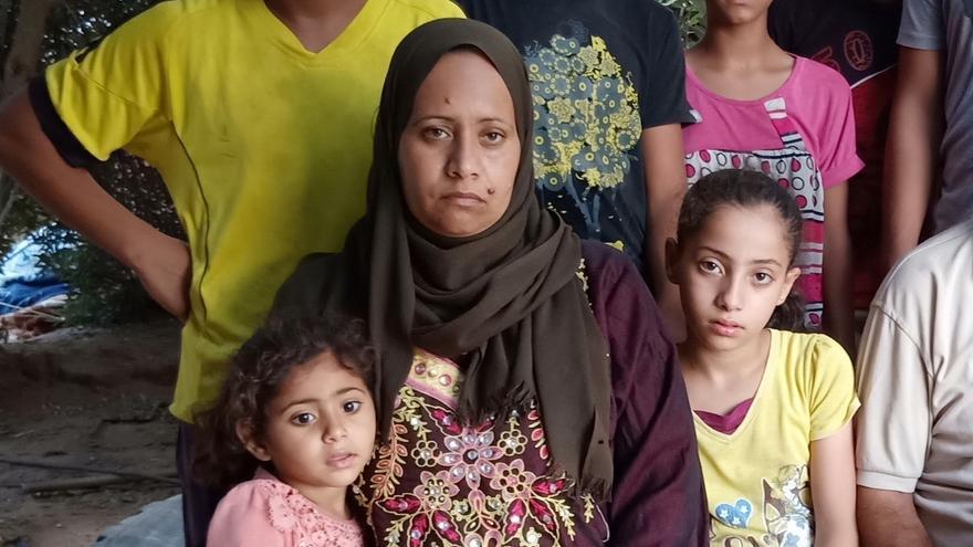 Nevín Akram Shambari, de 38 años, con su familia en Gaza