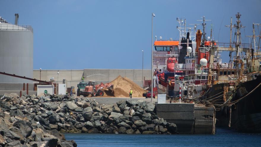 El buque 'DC-EEMS' descarga dos veces por semana arena proveniente del Sáhara Occidental en el Puerto de Arinaga
