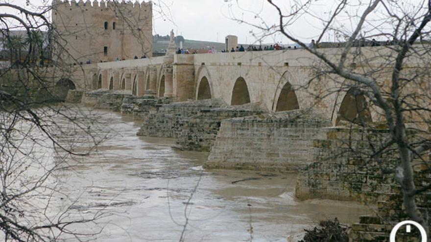 La Torre de la Calahorra, al fondo, vigilando el Puente Romano | MADERO CUBERO