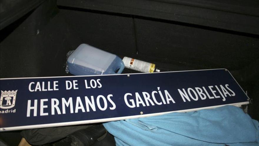 Fotografía facilitada por Foro por la Memoria donde se ve la placa de la calle Hermanos García Noblejas retirada por el Foro coincidiendo con el 76 aniversario del alzamiento militar de Francisco Franco que dio lugar a la Guerra Civil.
