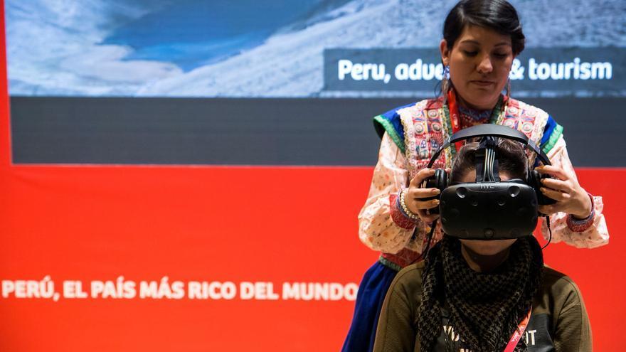 Una mujer, con unas gafas de realidad virtual en el stand de Perú en la Feria Internacional de Turismo (Fitur) 2018, celebrada en Madrid.