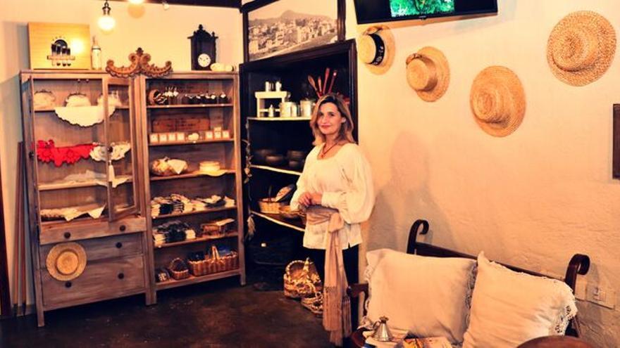 Nieves Castelló en su tienda 'Surcos de La Palma'.