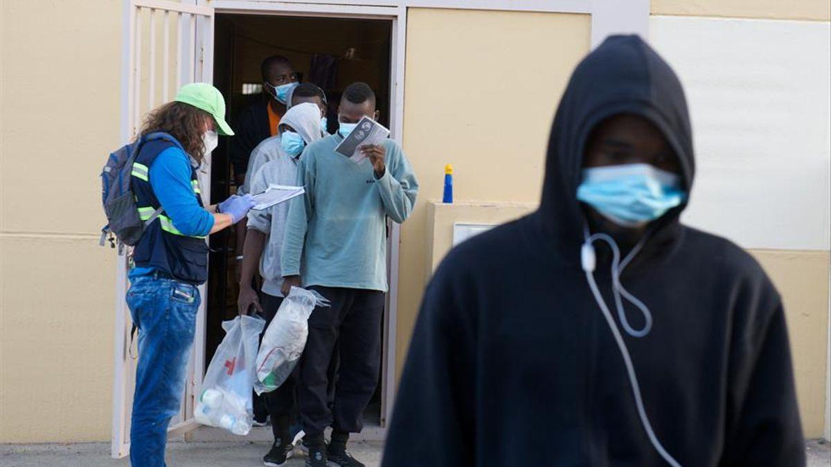 Migrantes en el campamento de El Matorral, en Fuerteventura